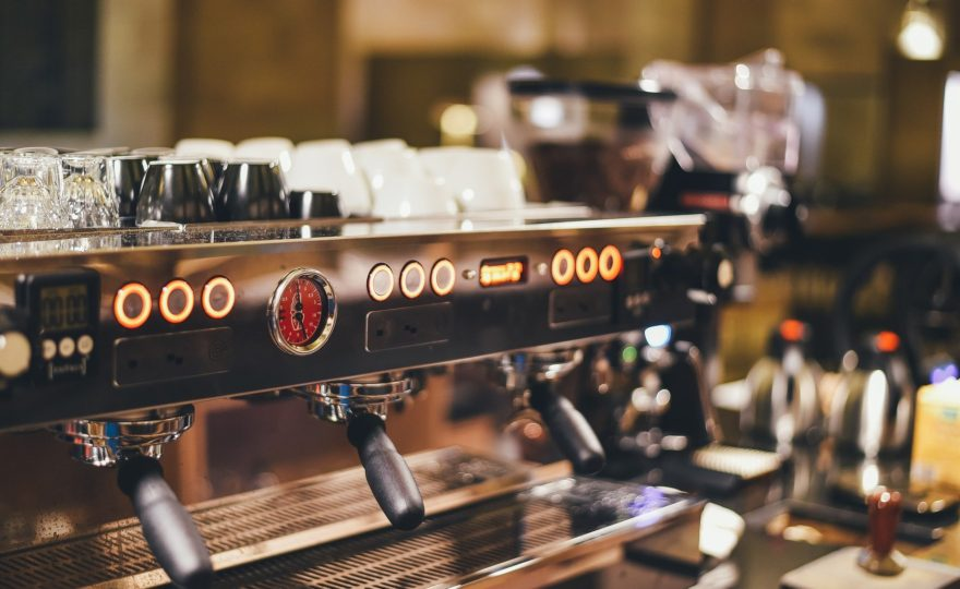 7 vecí, na ktoré si musíte odpovedať, než kúpite profesionálny kávovar do kaviarne